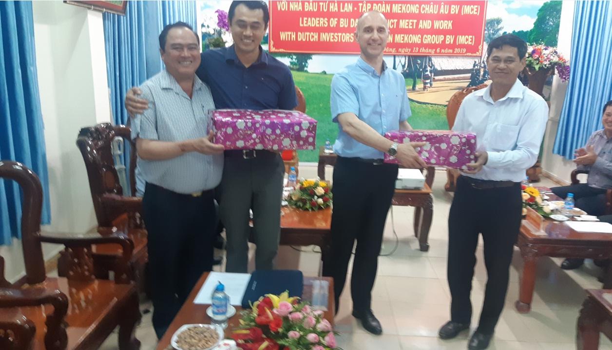 Lãnh đạo huyện tặng quà lưu niệm cho đoàn