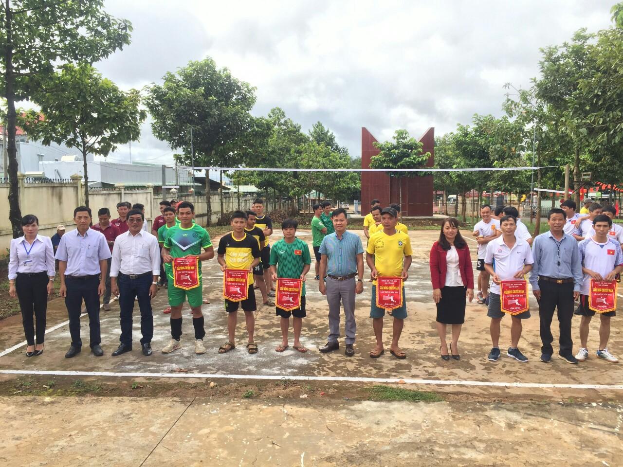 Ban tổ chức trao cơ lưu niệm cho các đội bóng tham dự giải