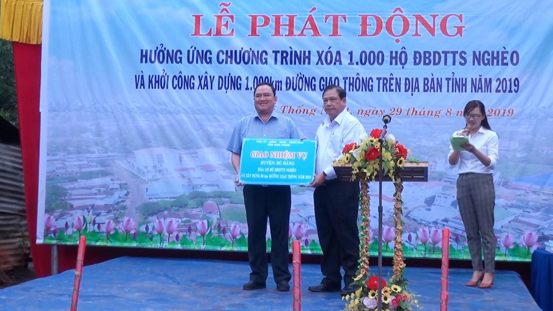 Chủ tịch UBND tỉnh trao bảng giao nhiệm vụ cho lãnh đạo huyện Bù Đăng